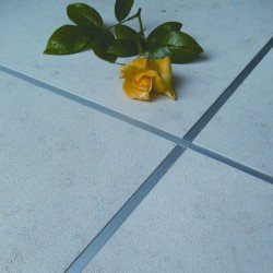 Bodenplatten mit tk-Fertigfuge aus Metall